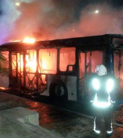 Se quema camión del transporte público en la Zona Hotelera de Cancún; no hay heridos