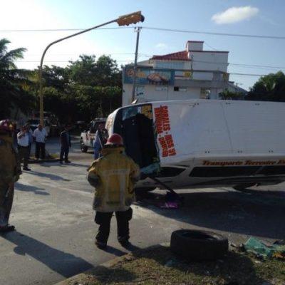 APARATOSO ACCIDENTE: Deja 11 heridos volcadura de una combi del transporte público en Cancún