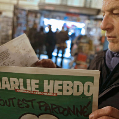 """FUROR  POR 'CHARLIE HEBDO': En dos horas, se agotan ejemplares de la satírica revista; """"acción muy estúpida"""", dice EI"""