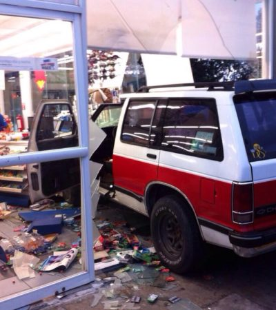 ACCIDENTE EN CANCÚN: Se mete a tienda Extra ¡con todo y camioneta!