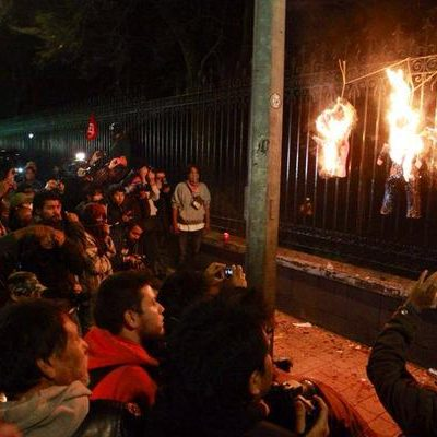 """""""AQUÍ VENIMOS A PASAR EL AÑO NUEVO"""": Realizan última marcha del 2014 rumbo a Los Pinos por normalistas de Ayotzinapa"""