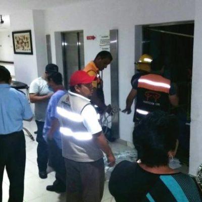 Rescatan a tres personas atrapadas en un elevador en hospital de Playa del Carmen