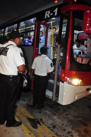 ALCOHOLÍMETRO EN TRANSPORTE URBANO: Se llevan al baile a 288 pasajeros por ingerir bebidas embriagantes en autobuses de Cancún