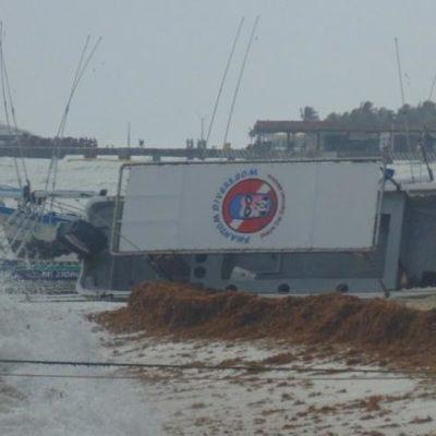 FRENTE FRÍO EN QR: Fuerte oleaje hunde lancha turística en Playa del Carmen