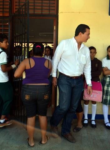 Tras revuelta de padres de familia, cesan a director de telesecundaria acusado de desfalco