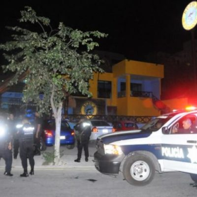 Fuerte movilización policiaca por reporte de balazos en un bar de Cancún