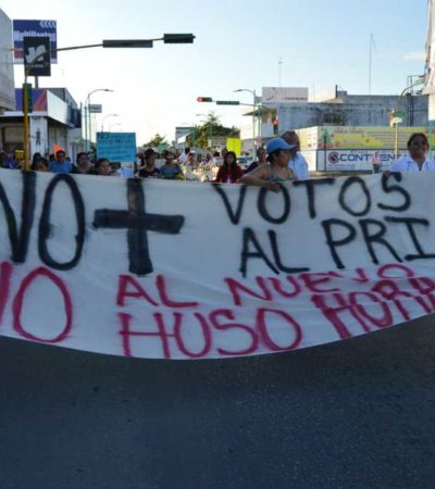 MARCHAN CONTRA EL CAMBIO DE HORARIO: Se materializa en Chetumal la inconformidad contra el nuevo huso horario de QR; piden 'voto de castigo'
