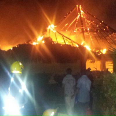 QUEMAZÓN EN LA ZONA HOTELERA: Consume incendio en la madrugada 4 palapas del hotel Grand Oasis Cancún; no hubo heridos