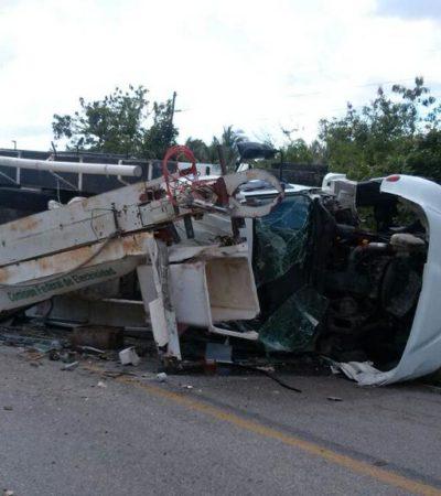 Aparatosa volcadura de una grúa de la CFE en carretera de Felipe Carrillo Puerto