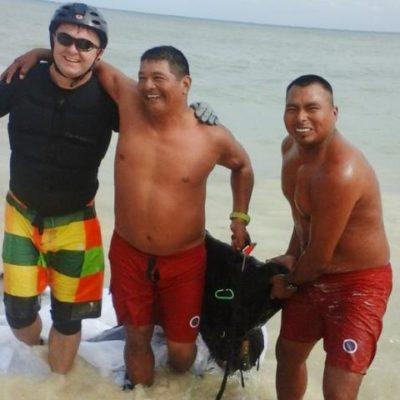 Rescatan guardavidas a dos turistas extranjeras en problemas cuando nadaban en Playa del Carmen