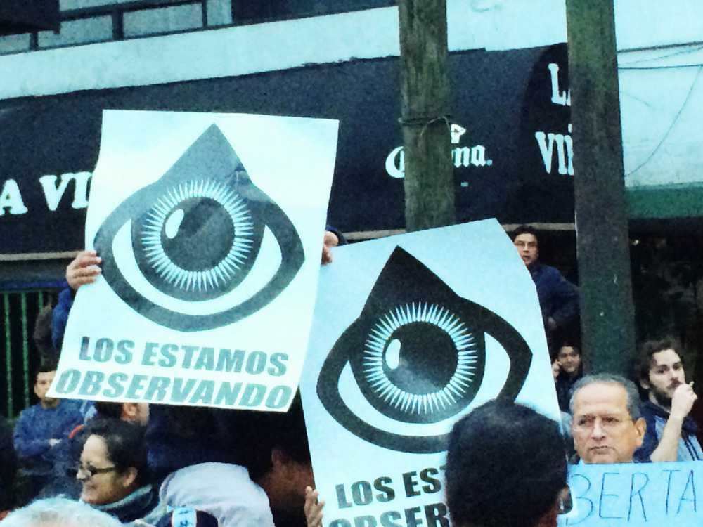 """""""OTRO MADRAZO A LA DEMOCRACIA"""": Protestan afuera de MVS en defensa de Aristegui; 'ombudsman' analizará si se va o se queda"""