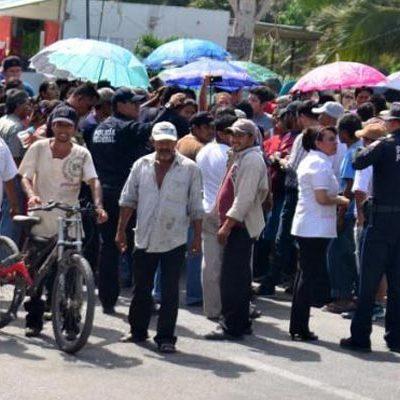 BLOQUEAN CARRETERA FEDERAL: Se desbordan conflicto en torno a destitución de una doctora en comunidad del sur de QR