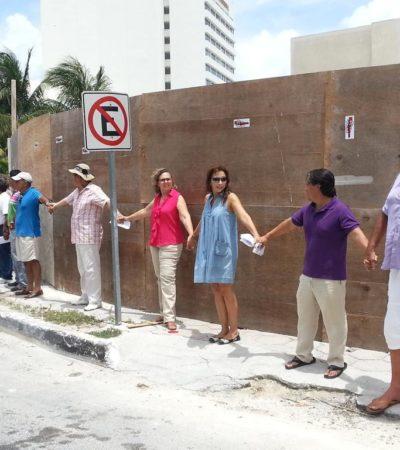 CUESTIONAN PROYECTO EN CANCÚN: Con cadena humana, pancartas y lonas, protestan contra la construcción de gasolinera en Pok Ta Pok