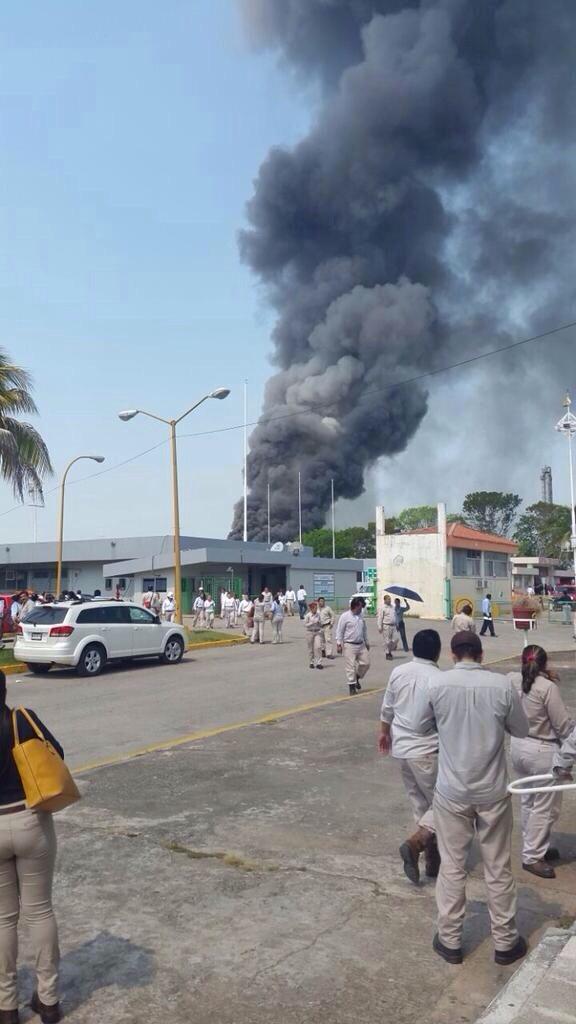 OTRO INCENDIO PEGA A PARAESTATAL: Arde torre de enfriamiento en planta petroquímica de Ciudad Pemex; desalojan a 200 trabajadores