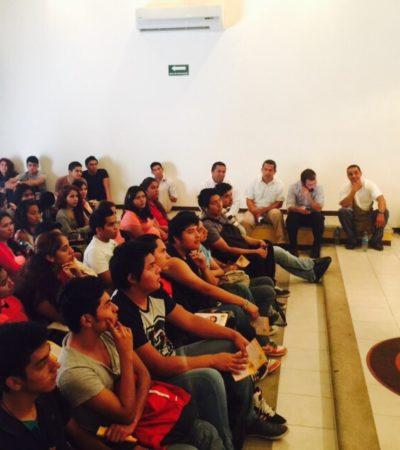 En la Universidad del Sur, Iris Mora usa metáforas de futbol y llama a los jóvenes a sumarse al cambio que México necesita