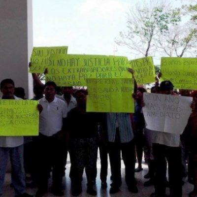 Protestan ex empleados municipales de Carrillo Puerto en Palacio de Gobierno