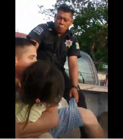VENTILAN ABUSO POLICIACO EN PUERTO MORELOS: Agentes suben a una patrulla a un padre con su hija por llevar una cerveza en la mano