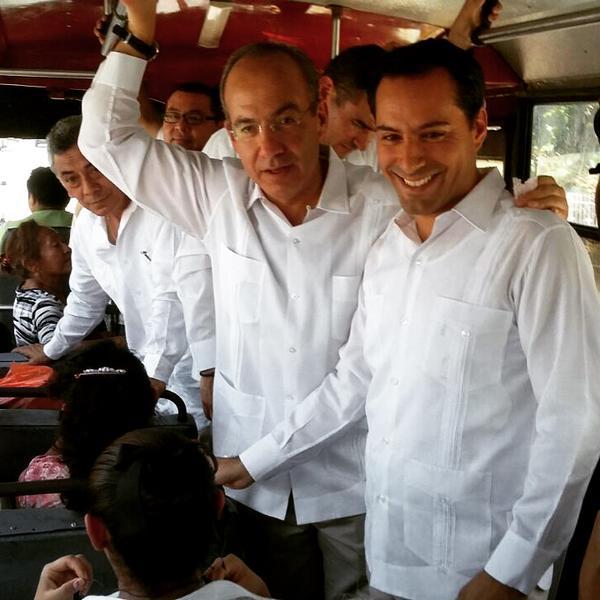 Felipe Calderón se sube a un camión en Mérida para hacer campaña a favor del candidato a Alcalde