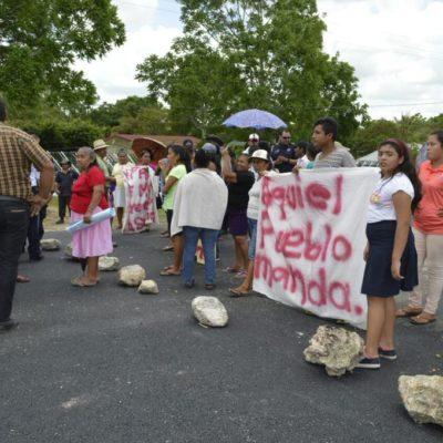 Bloquean pobladores de Francisco Villa carretera Chetumal-Escárcega para reclamar cambio de delegado