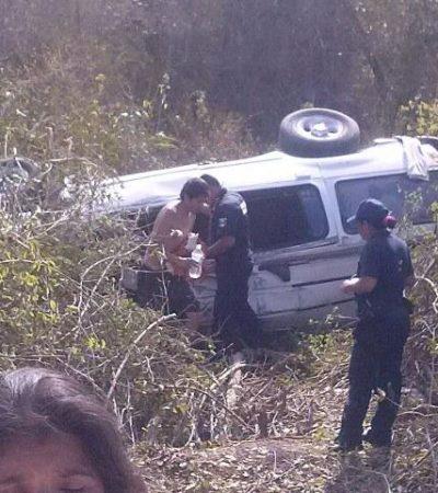 Doce lesionados en una volcadura al tratar de evitar un enorme bache en carretera de Bacalar