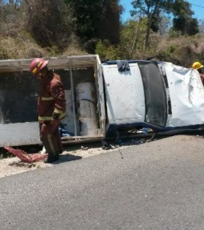 Un muerto y un herido al volcar camioneta de Z Gas en la vía Cancún-Puerto Morelos