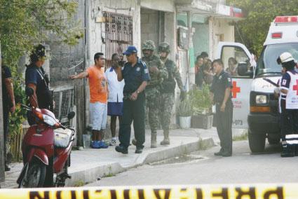 CRIMEN PASIONAL EN COZUMEL: Un policía municipal es abatido con su propia arma por ex pareja de su novia cadete