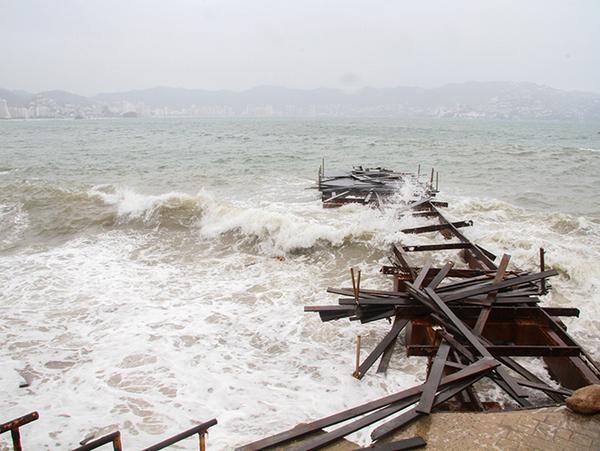 'Carlos' se convierte otra vez en huracán y causa daños en costas del Pacífico