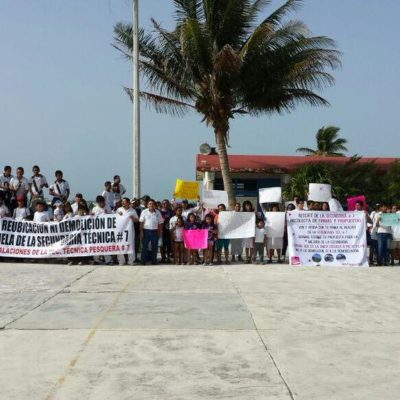 SE UNEN PARA EVITAR DEMOLICIÓN DE SECUNDARIA: Pobladores de Puerto Morelos marchan para rechazar venta de histórica escuela