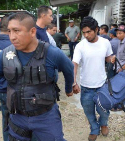 """""""ME VOY PARA QUE NO ME HAGAN NADA"""": Escoltado por la policía, un hombre abandona poblado para evitar linchamiento"""