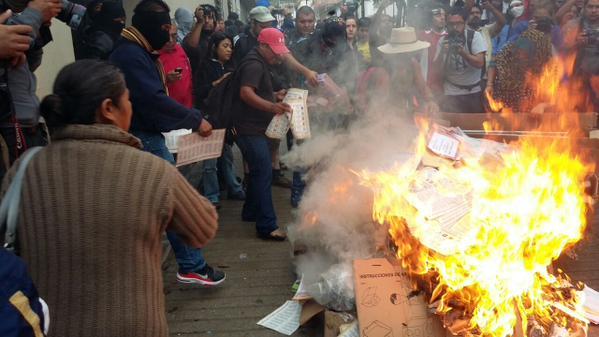 ARDE ELECCIÓN EN GUERRERO Y OAXACA: Maestros del CNTE toman oficinas del INE, queman casillas y boletas electorales