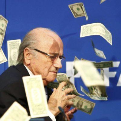 ARROJAN DÓLARES A BLATTER: Comediante humilla al presidente de la FIFA en conferencia de prensa