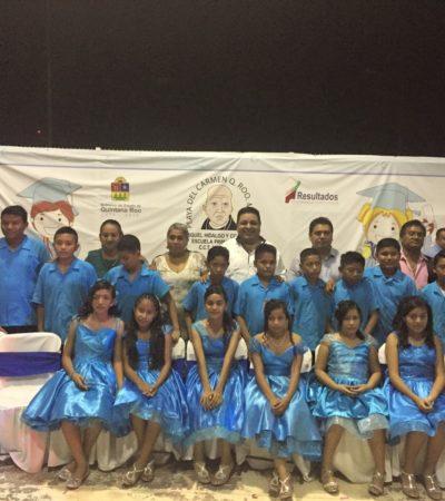 Apadrina regidor Orlando Muñoz a la primera generación de estudiantes de la primaria de Misión de las Flores en Playa