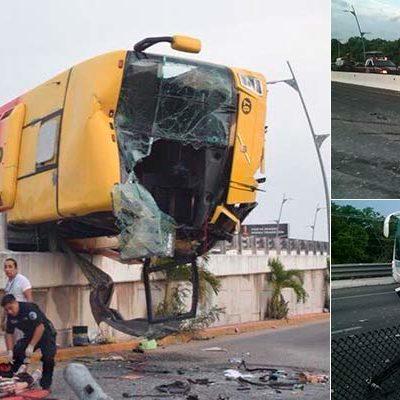 APARATOSO ACCIDENTE EN EL PUENTE DEL MOON PALACE: Saldo de 21 heridos por volcadura de autobús turístico tras carambola