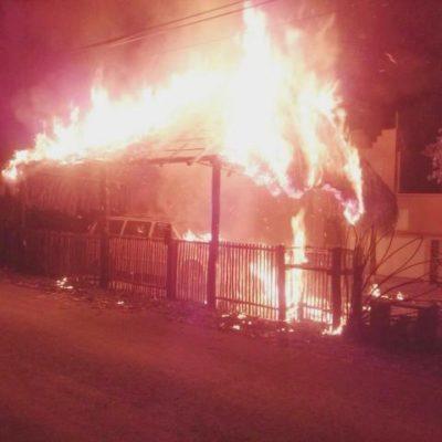 SINIESTRO EN LA MADRUGADA: Incendio consume una palapa y 2 vehículos en Tulum