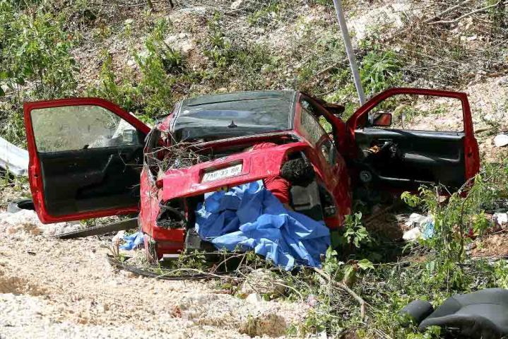 TRAGEDIA EN LA NUEVA AUTOPISTA DE PLAYA: Mueren 2 hombres y un niño de 1 año al chocar auto contra barrera de contención; hay otros 2 heridos