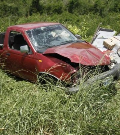 Muere hombre aplastado por su propia camioneta al salirse de la carretera en el sur de QR; 2 menores heridos