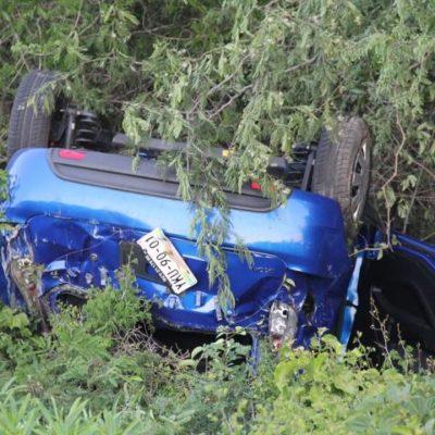 Se sale de la carretera auto con familia de turistas veracruzanos en la vía FCP-Tulum: 3 heridos