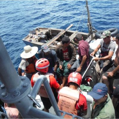 RESCATAN A 17 BALSEROS CUBANOS FRENTE A PUNTA CANCÚN: Viajaban a bordo de precaria embarcación a la deriva; la Armada los puso a salvo
