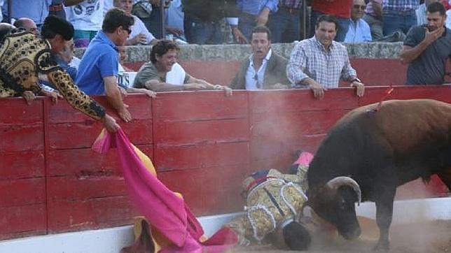 ¿LA TERCERA SERÁ LA VENCIDA?: Por segunda vez en su carrera, torero es cornado en el cuello por un toro