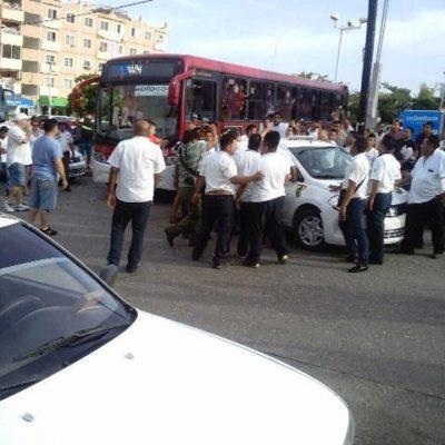PENOSO ESPECTÁCULO DE TAXISTAS: Protagonizan conato de enfrentamiento en pleno centro de Cancún en disputa por traslado de turistas