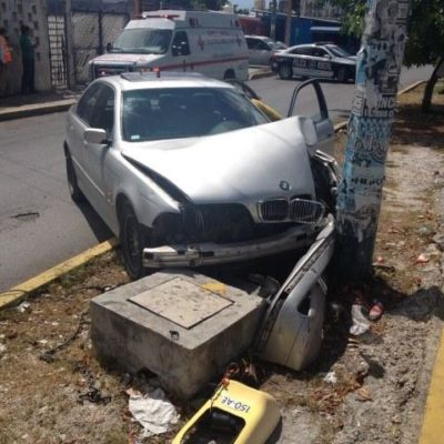 Sufre ataque epiléptico mientras conducía y choca contra poste en la Ruta 4 de Cancún
