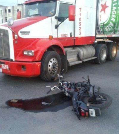 Muere motociclista embestido por un trailer; su esposa quedó herida