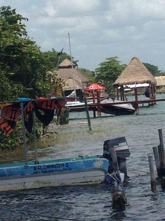 Denuncian a dueño de periódico por usar maquinaria pesada para dragar la laguna de Bacalar