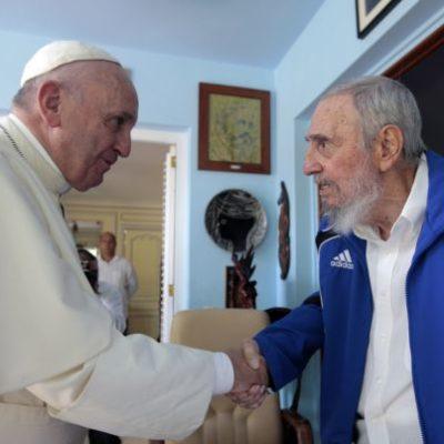VISITA EL PAPA A FIDEL CASTRO: Francisco intercambia regalos con el histórico líder de la revolución socialista en la isla