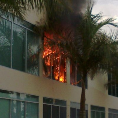 Se incendia un local en Plaza Aura de Cancún sin heridos