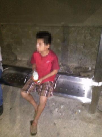 Rescatan en la calle a niño de 13 años tras ser corrido de su casa por su propia madre