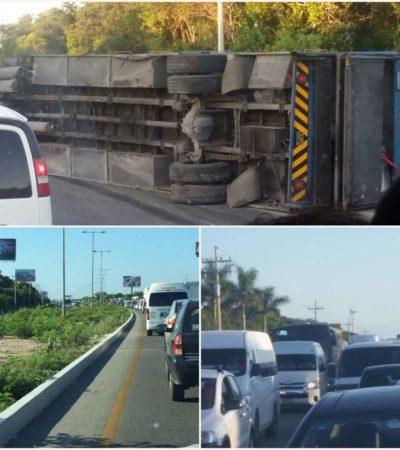 VUELCA TRAILER EN CARRETERA: Accidente provoca un fuerte congestionamiento en la vía Cancún-Playa