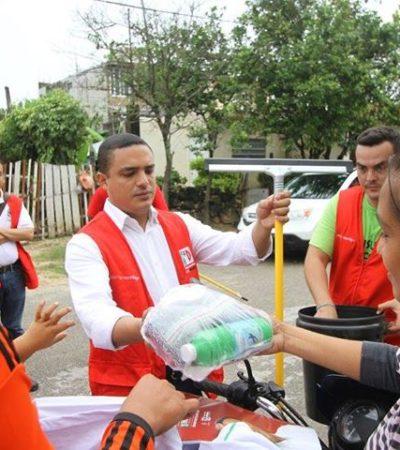 JALA KING AGUA PARA SU MOLINO: Presume líder del PRI entrega de cubetas, jaladores y trapeadores como paliativo a inundaciones en Chetumal