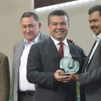 OTRO 'PREMIO' A MAURICIO: Recibe Alcalde de Solidaridad reconocimiento por 'excelencia municipal'