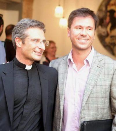 SACERDOTE PRESENTA A SU NOVIO: Declaración de homosexualidad de prelado sacude a El Vaticano y lo expulsan de inmediato